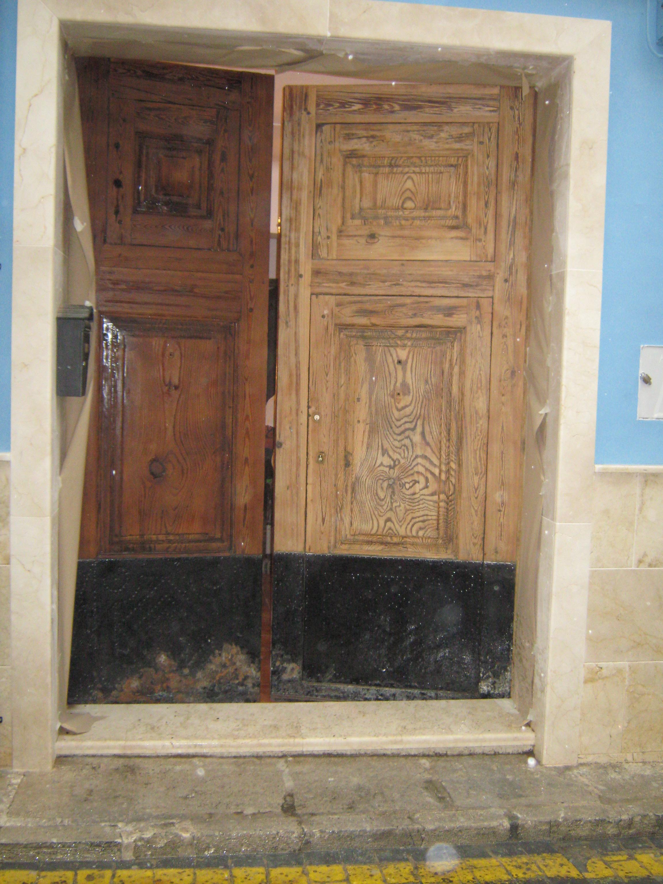 Portón restaurando antes