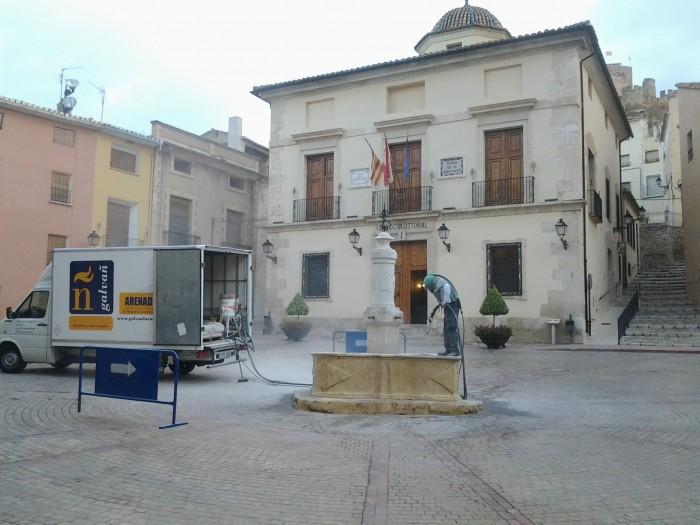 trabajo de arenado de la fuente del ayuntamiento de Biar