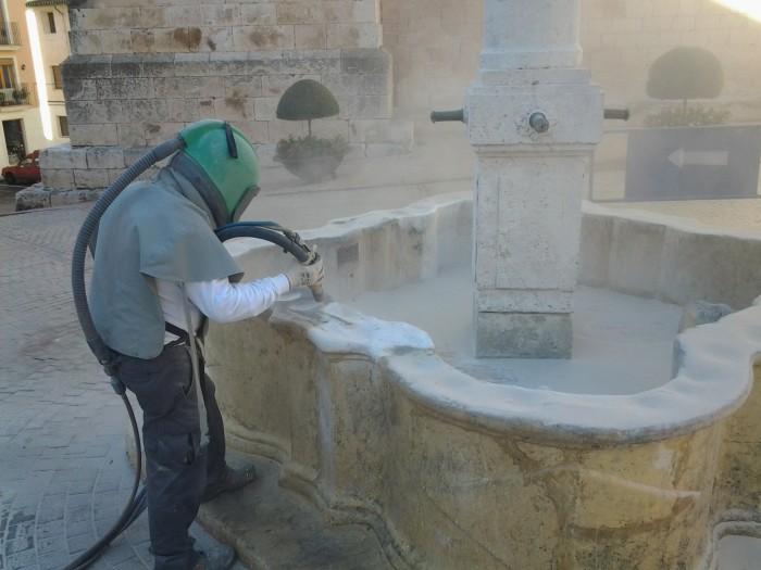 Galvañ arenando la fuente del ayuntamiento de Biar
