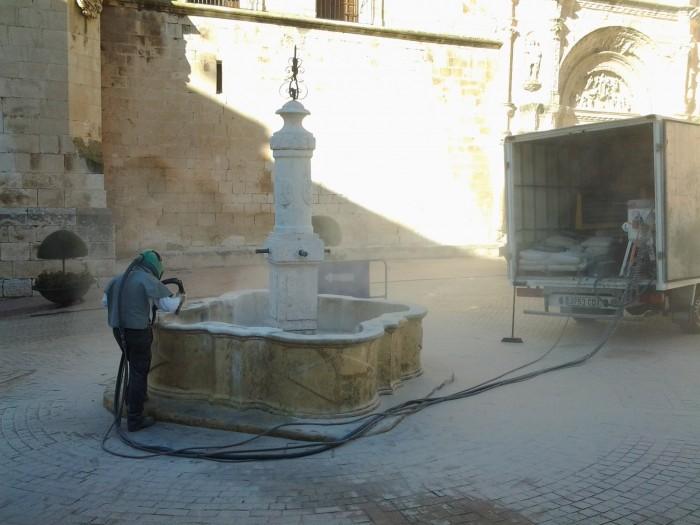 momento de arenado de la fuente de Biar