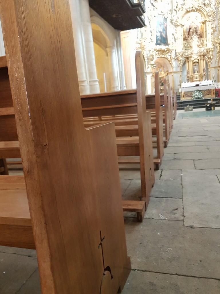 detalle del acabado de los bancos de la basílica de santa maría en alicante
