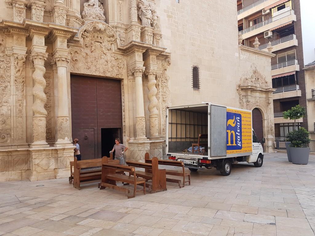 Trabajo de restauració de los bancos de la basílica de santa maría de Alicante de Galvañ Lacados