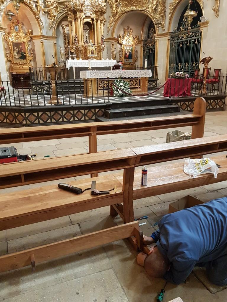Galvañ Lacados acabando el trabajo de restauración de los bancos de la Basílica de Santa María