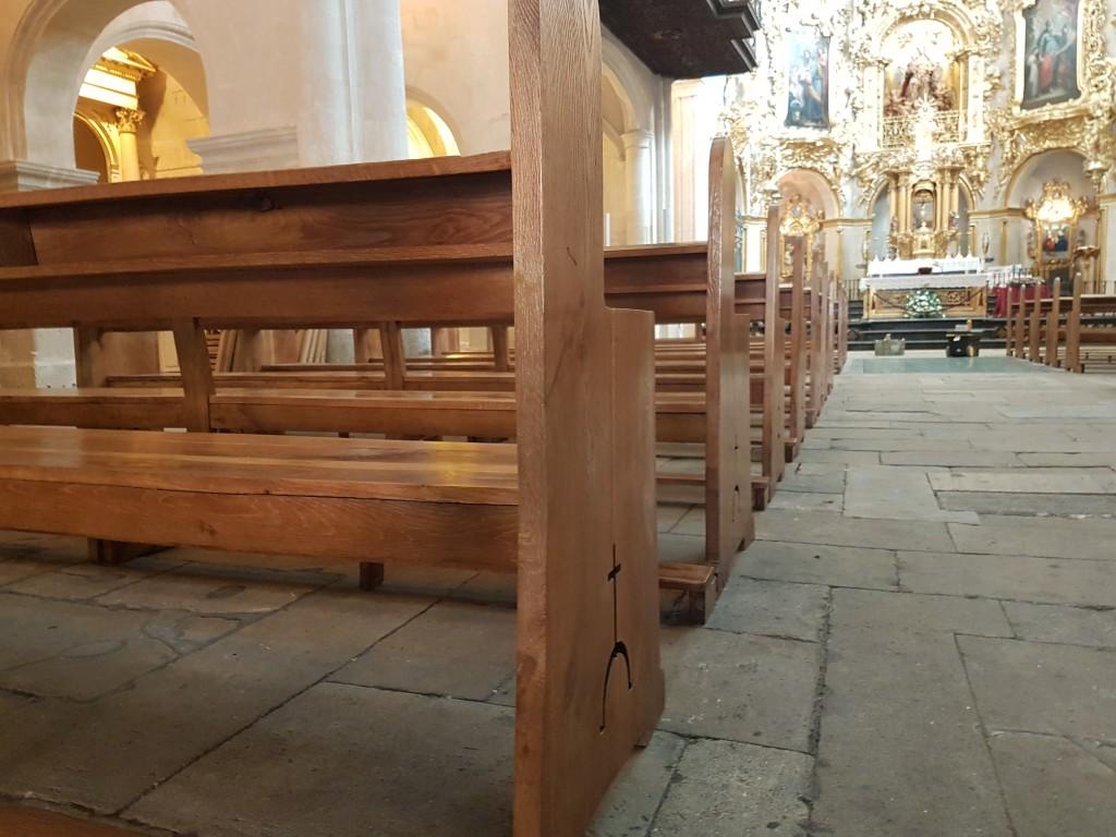 bancos de la basílica de santa maría en alicante tras su restauración