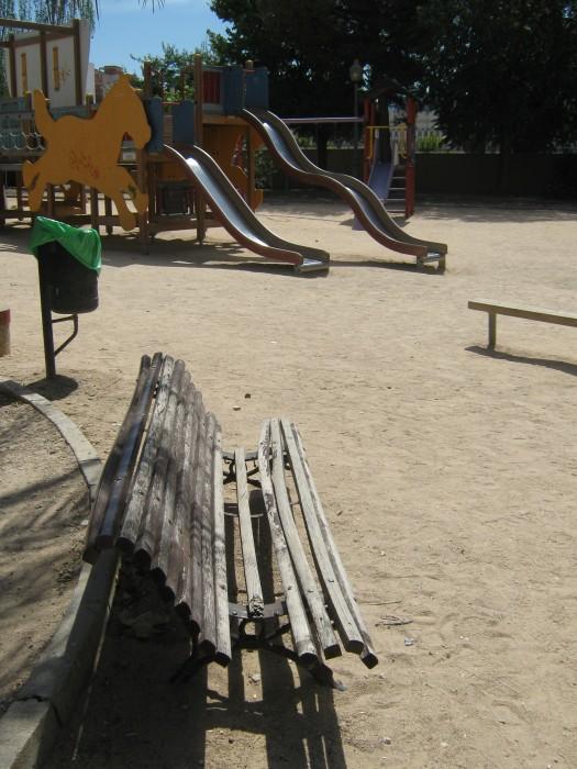 bancos rotos en parque derramador de ibi antes del arenado