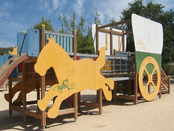 zona infantil en el parque derramador de ibi con pintadas