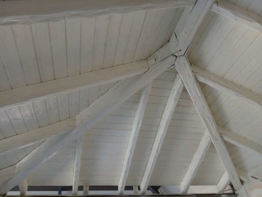 Arenado de techo de madera y lacado en blanco envejecido