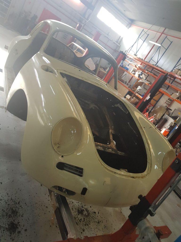 Arenado de coches antiguos en las instalaciones de Galvañ Lacados
