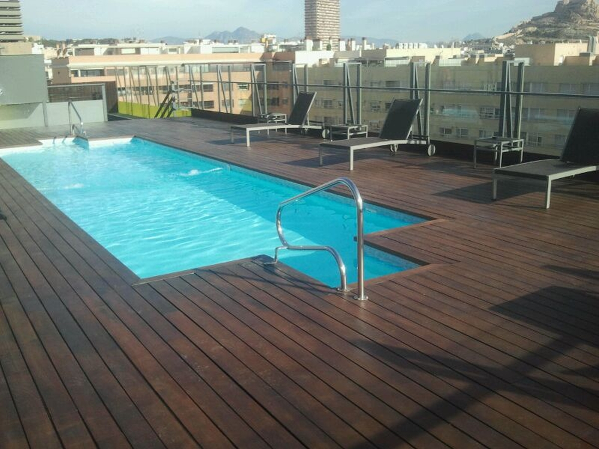 Acuchillado de superficie de madera de piscina. Antes