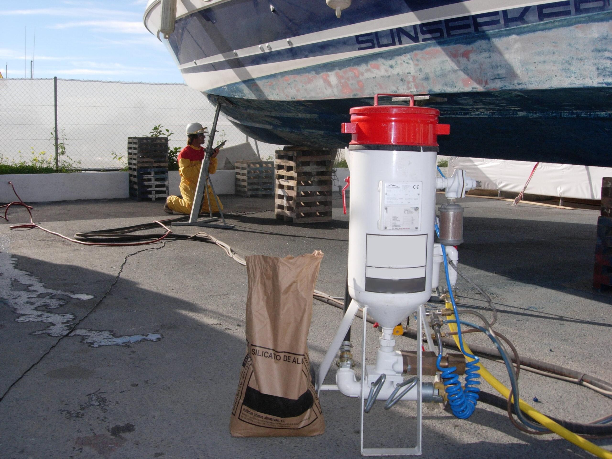 Limpieza de barcos en el Puerto de Alicante