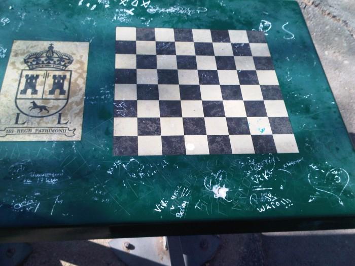 mesa con pintadas en parque derramador de ibi antes del arenado