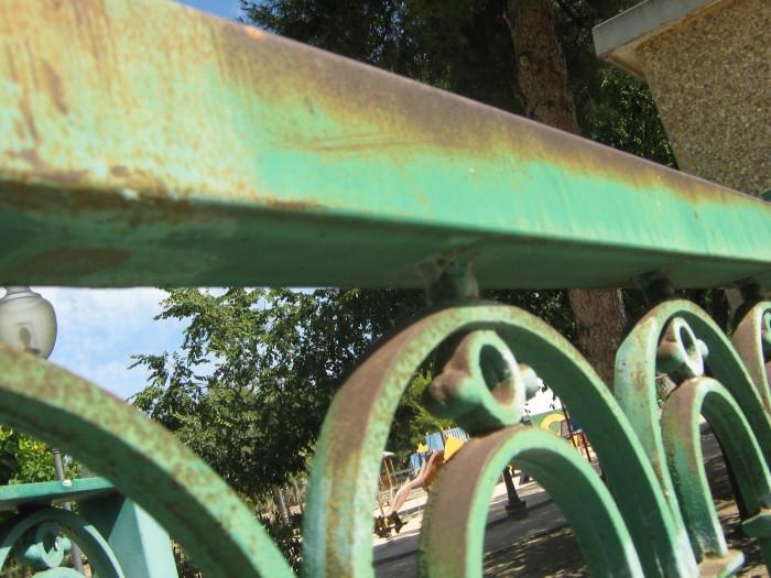 detalle de la valla del parque derramado de ibi antes del arenado