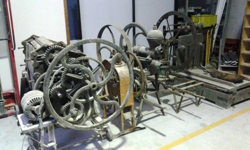 Restauración de maquinaria antigua en una bodega