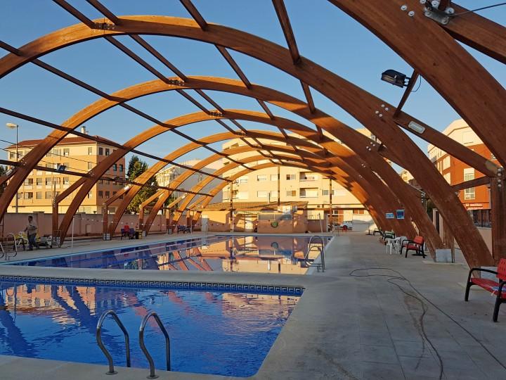 Teñido de las vigas de madera en una piscina exterior