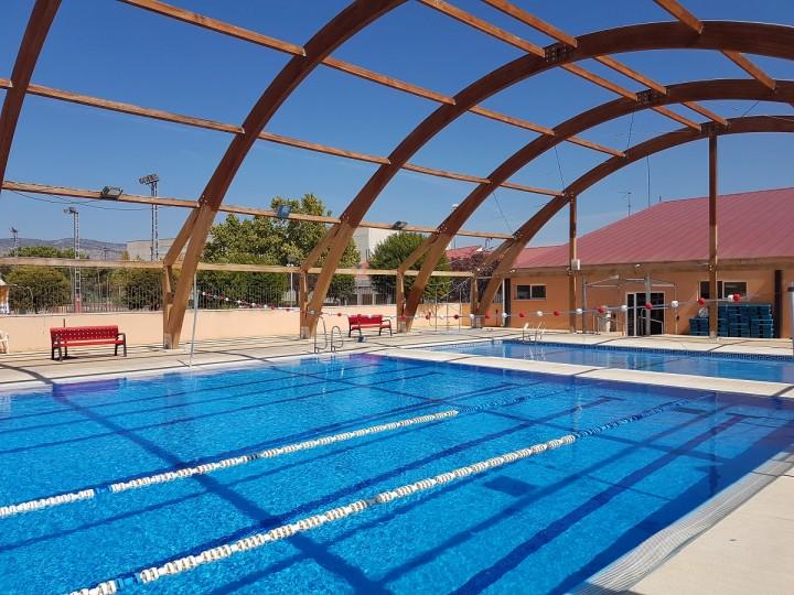 Vigas de madera de una piscina durante su restauración