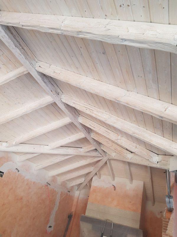 Arenado de techo de madera y lacado en blanco