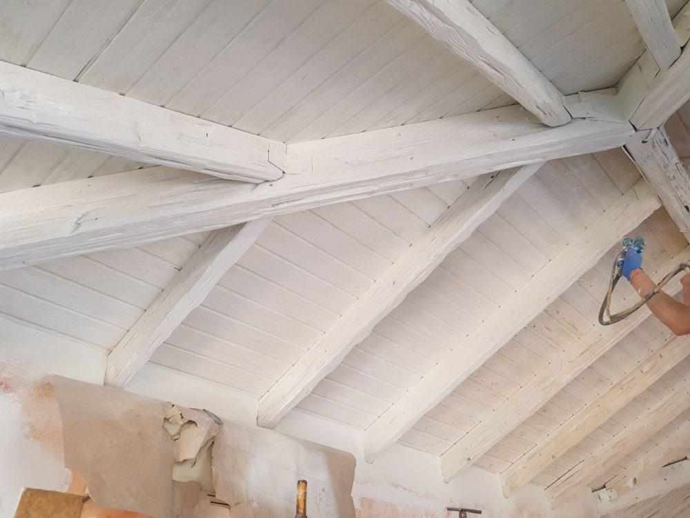 Lacado en blanco envejecido de un techo de madera