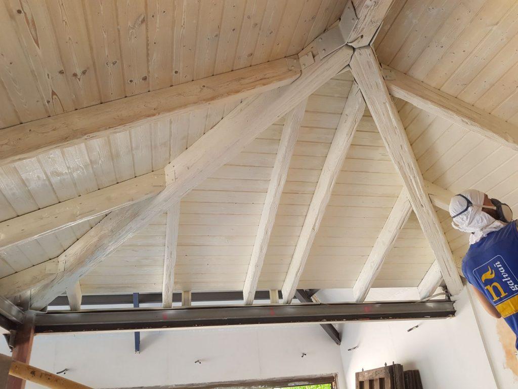 Lacado en color blanco de un techo de madera