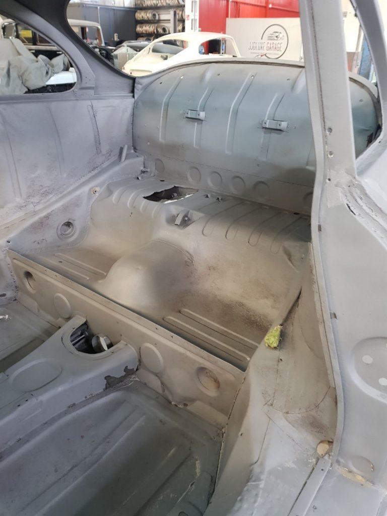 Detalle del interior de un coche antiguo para su arenado