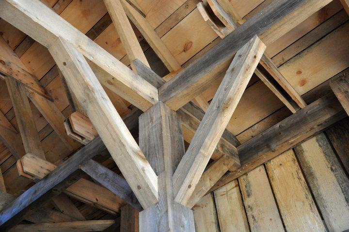 Arenado de techos de madera para decoración de interiores