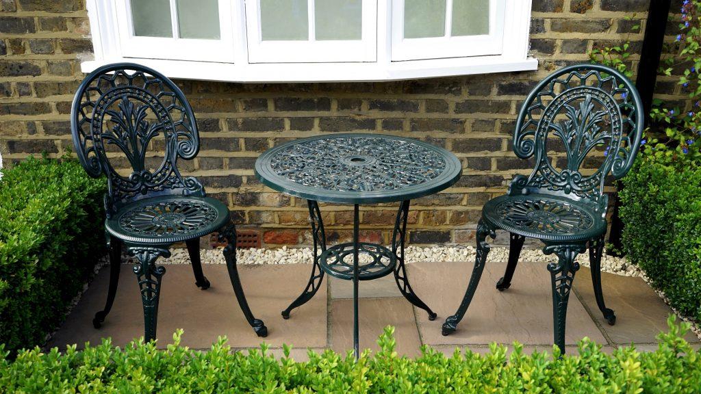 Mesa y sillas de hierro para una terraza