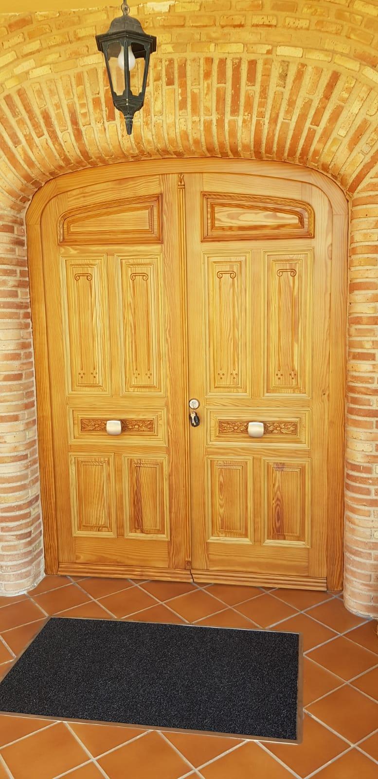Restauración y lacado en dos colores de portón