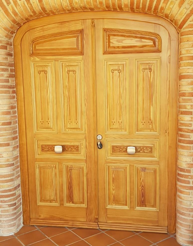 Restauración y lacado en dos colores de un portón
