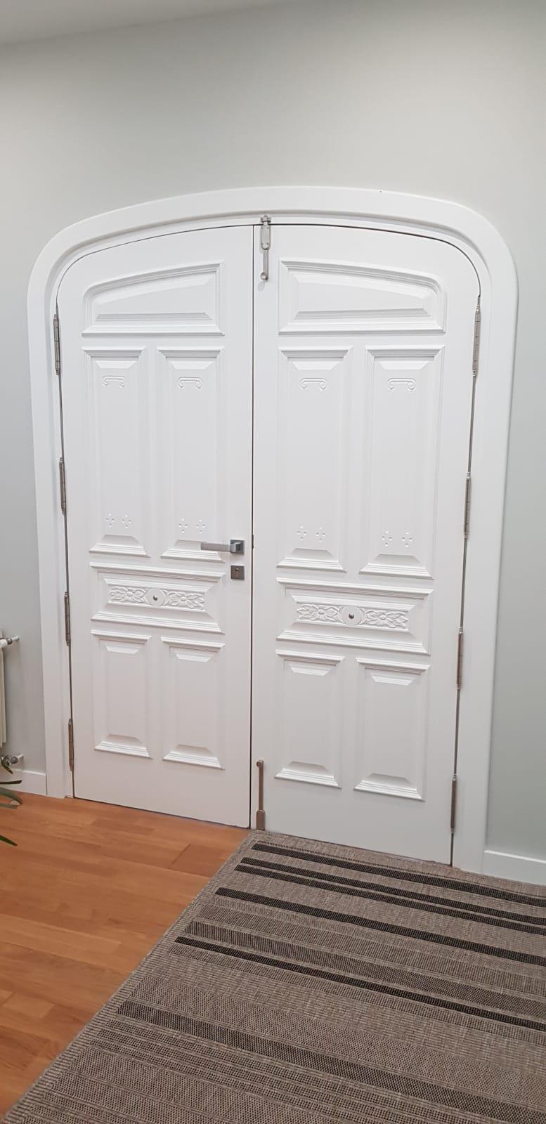 Lacado en blanco de un portón