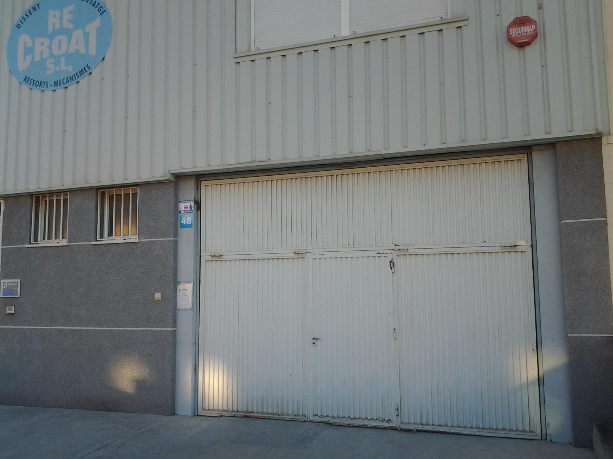 Lacado de la puerta de una nave industrial en la localidad de Onil