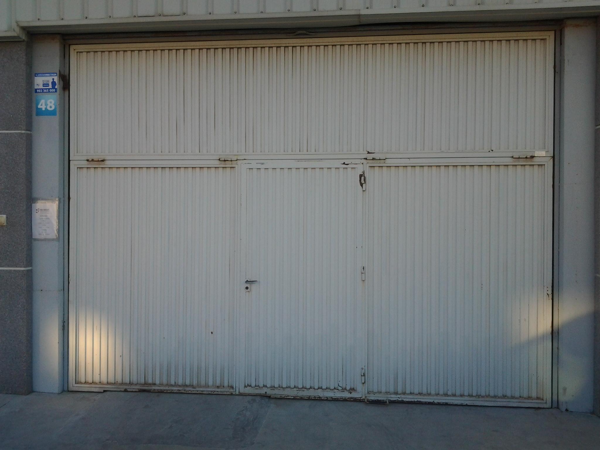 Lacado de la puerta de entrada de una nave industrial en Onil