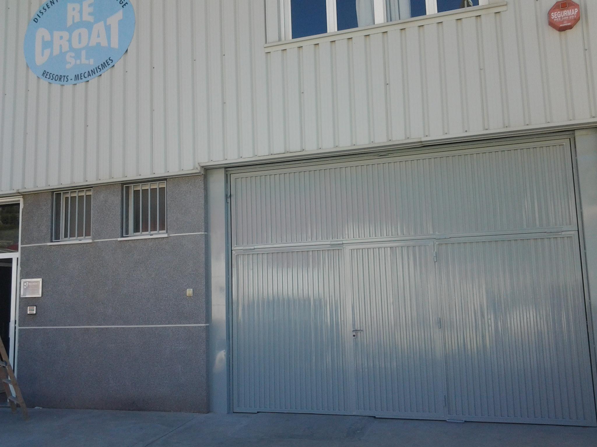 Puerta de la nave inbdustrial después del trabajo de lacado