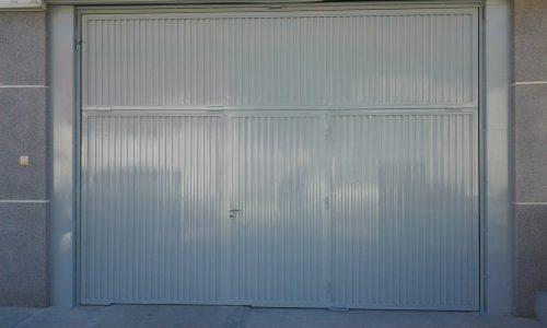 Puerta de la nave industrial lacada en blanco