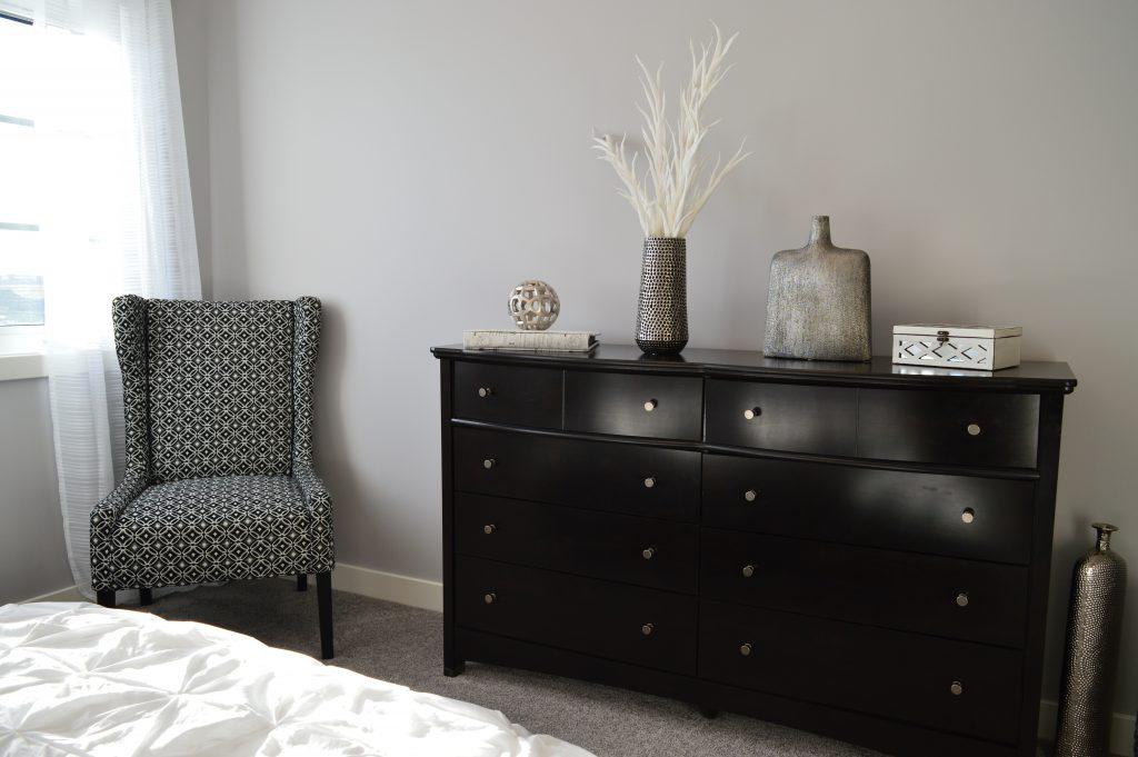 Mueble de madera oscura