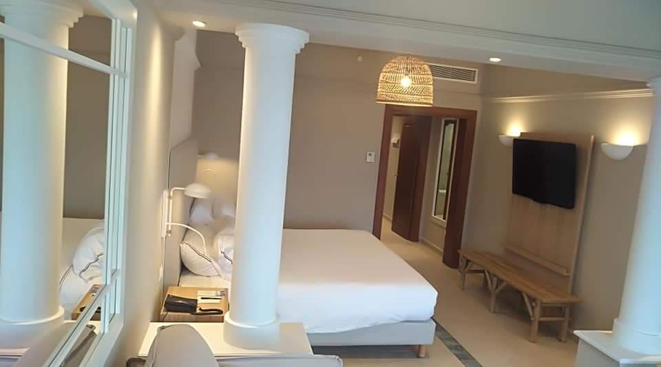 Interior de una habitación del Hotel Villaitana restaurada