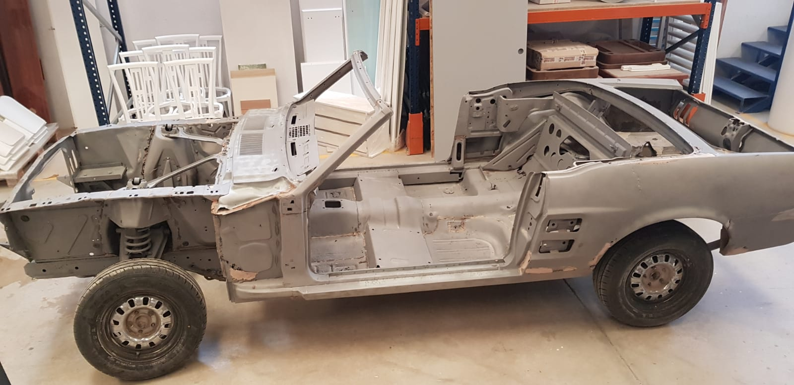 Arenado de coche Mustang vehículo clásico