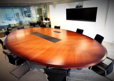 Restauración de mesa de madera para reuniones en la EUIPO Alicante